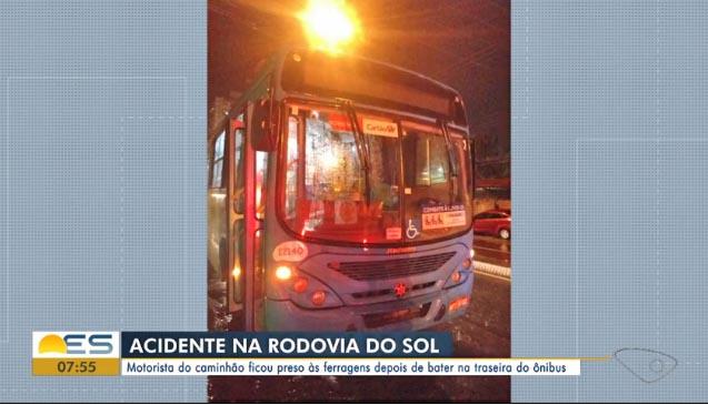 ES: Acidente entre caminhão e ônibus deixa motorista preso às ferragens na Rodovia do Sol