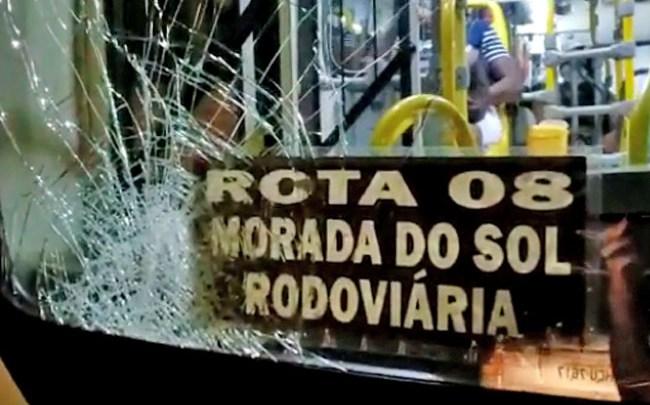 MG: Ônibus da Viação Pássaro Branco é apedrejado após atropelar e matar motociclista