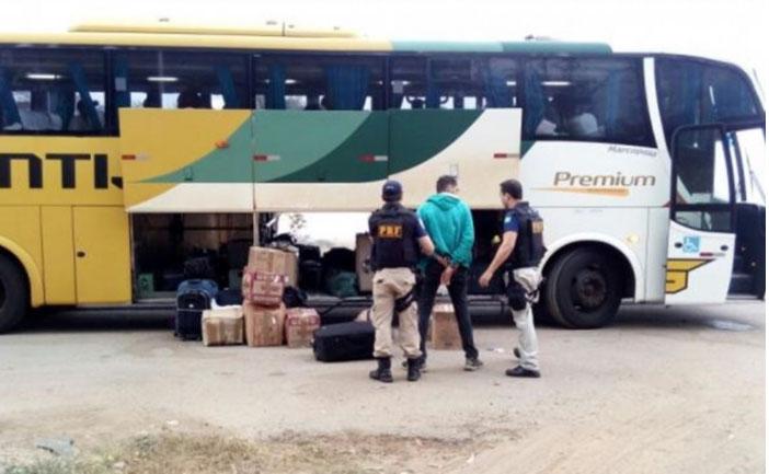 BA: PRF cumpre dois mandados de prisão e prende passageiro de ônibus na BR-101