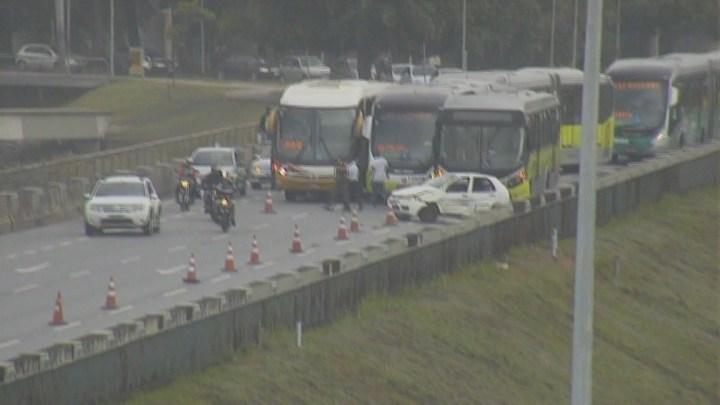 Belo Horizonte: Colisão entre carro e ônibus deixa o trânsito complicado na Pampulha