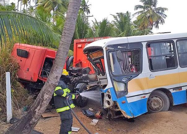 AL: Acidente entre caminhão e ônibus deixa seis feridos em Maragogi
