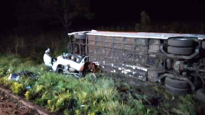 SC: Acidente entre carro e ônibus deixa quatro mortos e diversos feridos na BR-470