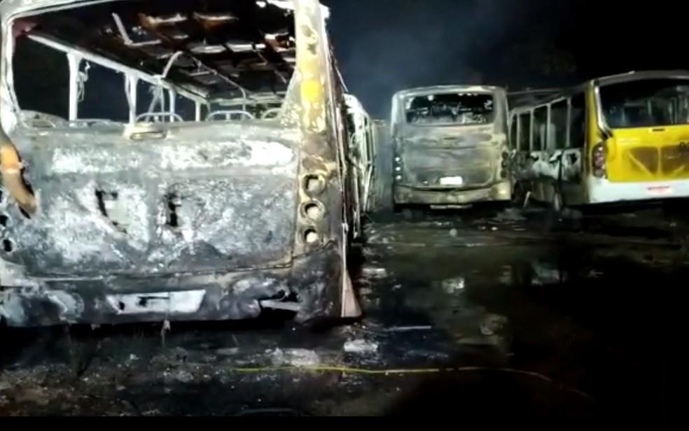 DF: Ao menos 20 ônibus são destruídos por incêndio em Cidade Ocidental