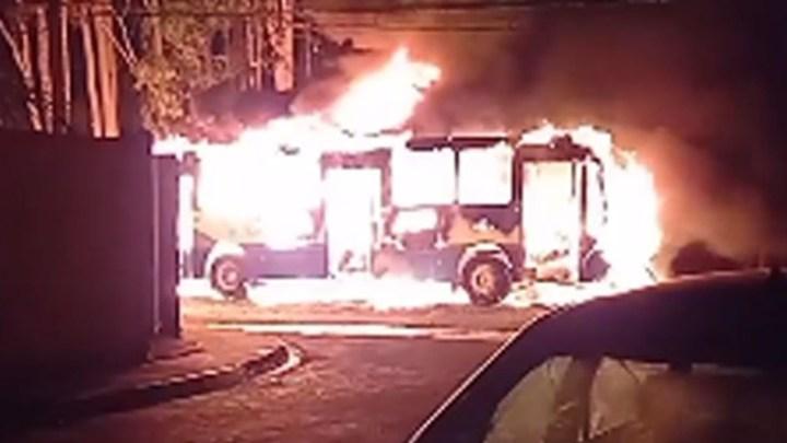 SP: Ônibus acaba incendiado em Barretos após jovem morrer em ação policial