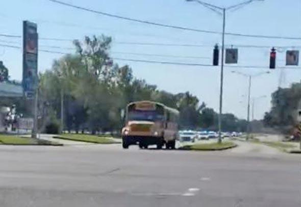 EUA: Adolescente de 11 anos furta ônibus escolar no estado da Louisiana – Vídeo