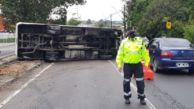 Manaus: Micro-ônibus tomba na manhã desta terça-feira na Avenida Altaz Mirim