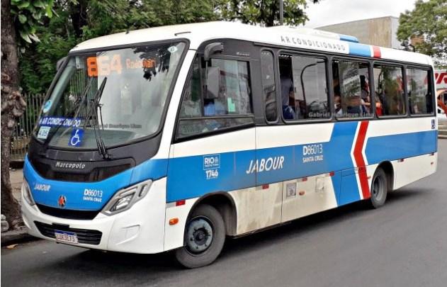 Assalto a micro-ônibus deixa dois baleados neste domingo na zona oeste do Rio