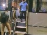 Vídeo: Porta de ônibus se solta em Vitória da Conquista e chama atenção de moradores