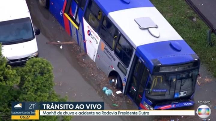 São Paulo: Ônibus da EMTU fica preso em alagamento nas margens da Via Dutra – Vídeo