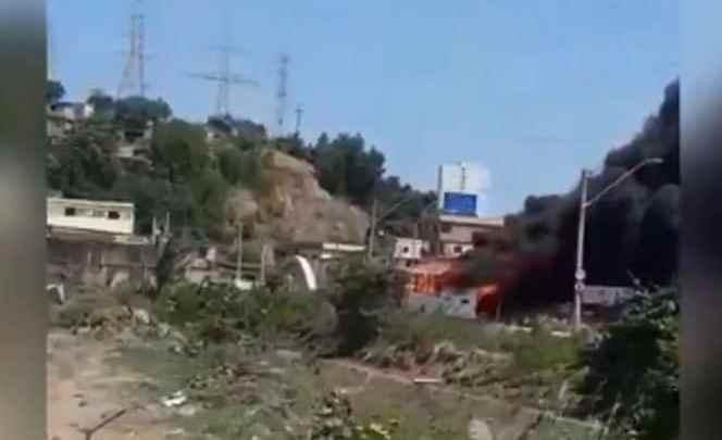 Vídeo: Ônibus é incendiado neste domingo em Cariacica na Grande Vitória