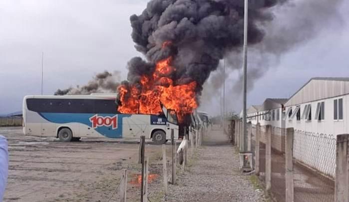 Vídeo: Ônibus da 1001 pega fogo nas dependência do Comperj em Itaboraí
