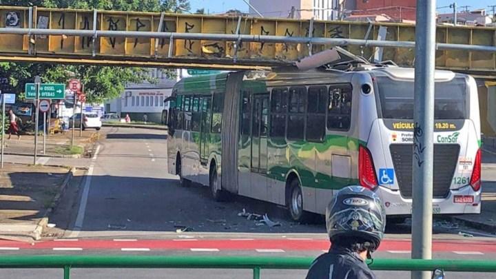 Sorocaba: Ônibus articulado entala no pontilhão da avenida Afonso Vergueiro