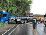 Acidente entre carro, caminhão e ônibus, interdita a BR-101 parcialmente em Vila Velha