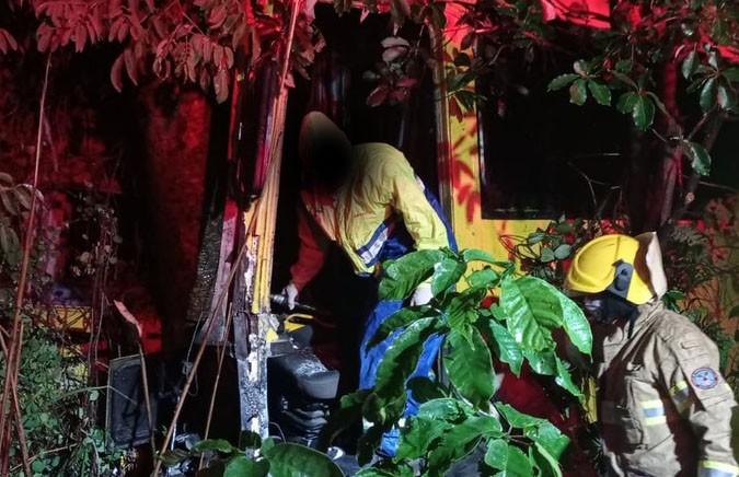 MG: Acidente com ônibus rodoviário deixa motorista preso nas ferragens na BR-135