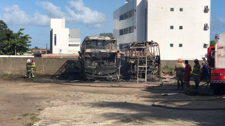 Vídeo: Dois ônibus acabam destruídos pelo fogo em João Pessoa neste sábado