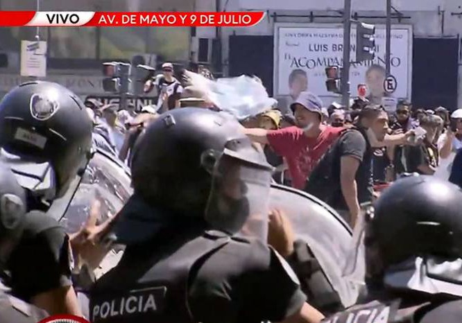 Ao Vivo: Tumulto na despedida de Maradona altera linhas de ônibus de Buenos Aires