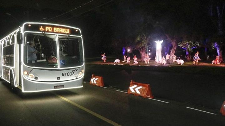 Curitiba: Ônibus drive-thru percorrem espetáculos de Natal no Barigui e Náutico