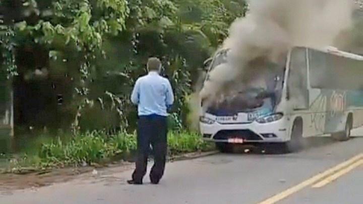 RJ: Micro-ônibus da 1001 acaba destruído pelo fogo em Nova Friburgo