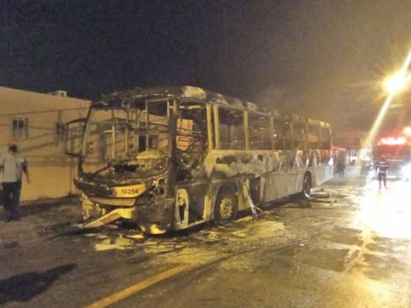 Vídeo: Ônibus fica destruído por incêndio em Maceió na véspera de natal