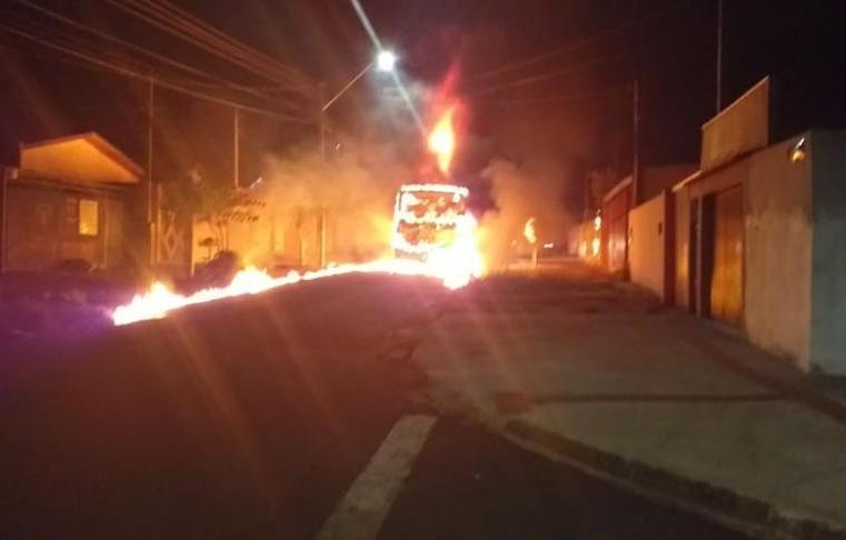 Vídeo: Bandidos incendeiam ônibus na Zona Norte de Londrina