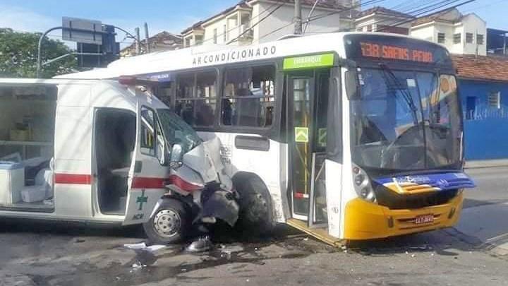 Rio: Acidente entre ambulância e ônibus complica o trânsito no Engenho Novo