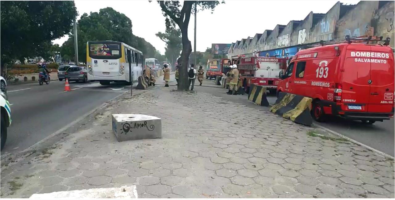 Ônibus pega fogo na Zona Portuária do Rio de Janeiro nesta quinta-feira