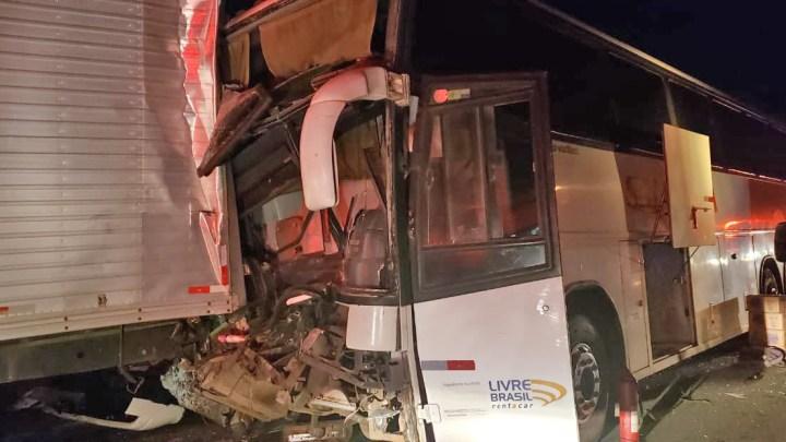 MG: Acidente entre dois caminhões e um ônibus de turismo deixa 9 feridos na BR-381