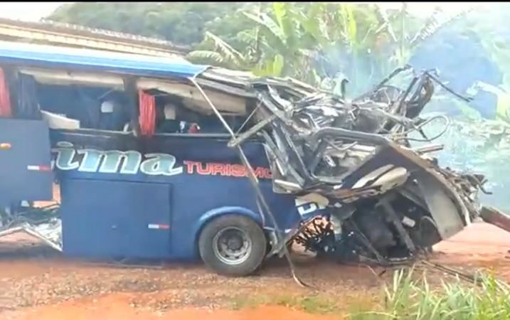 MG: Ônibus da Localima Turismo é retirado do local do acidente em João Monlevade neste sábado