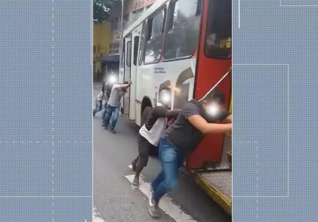 Belo Horizonte: Passageiros precisam empurra ônibus quebrado no Centro e cena repercute na internet