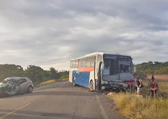 BA: Acidente dentre Ônibus da Viação Rio Doce e dois carros deixa 2 mortos na BA-698, próximo de Mucuri