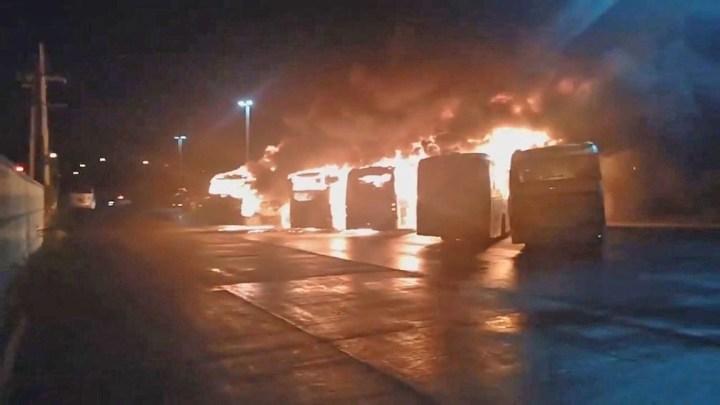 Vídeo: Seis ônibus do BRT Rio ficaram destruídos, após incêndio na Ilha do Fundão na véspera de natal