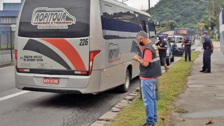 Santos: Guarda Municipal alcança micro-ônibus que tentava furar bloqueio na entrada da cidade