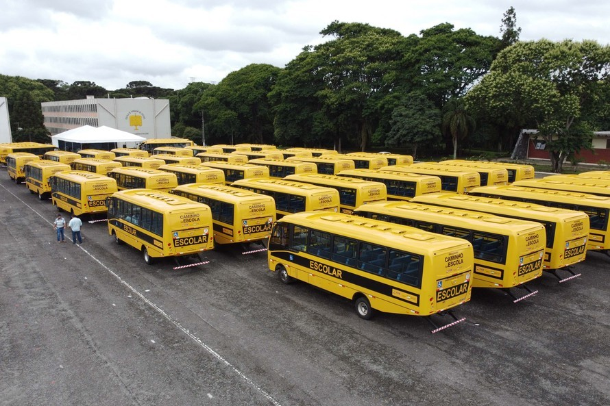 Governo do Paraná entrega 45 ônibus escolares para comunidades rurais
