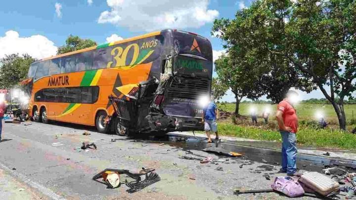 Porangatu: Acidente entre caminhonete, caminhões e ônibus deixa 4 mortos e bloqueia a BR-153