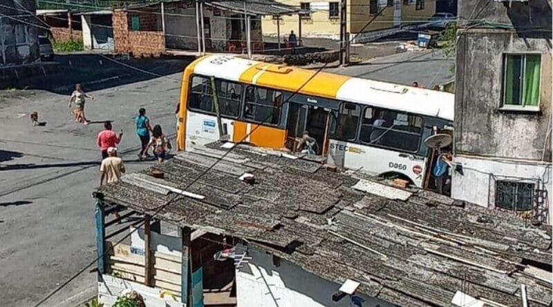 Salvador: Micro-ônibus bate em muro de conjunto residencial em Cajazeiras 11