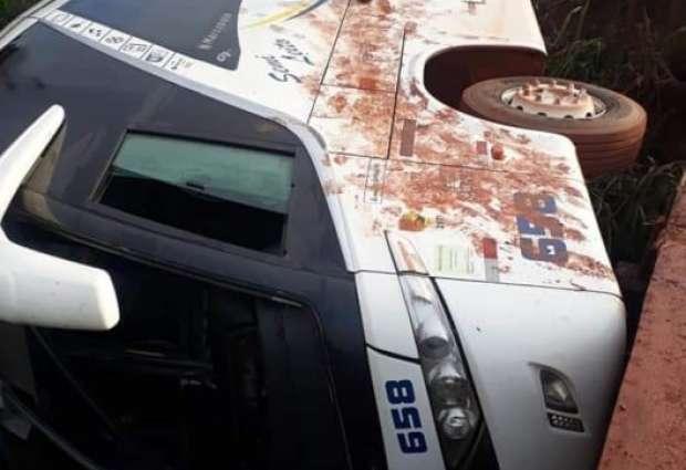 PA: Ônibus da Viação Ouro e Prata tomba na rodovia Transamazônica BR-230 – Vídeo