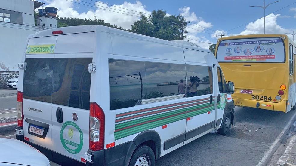 Acidente entre van e ônibus deixa três feridos em Salvador nesta sexta-feira