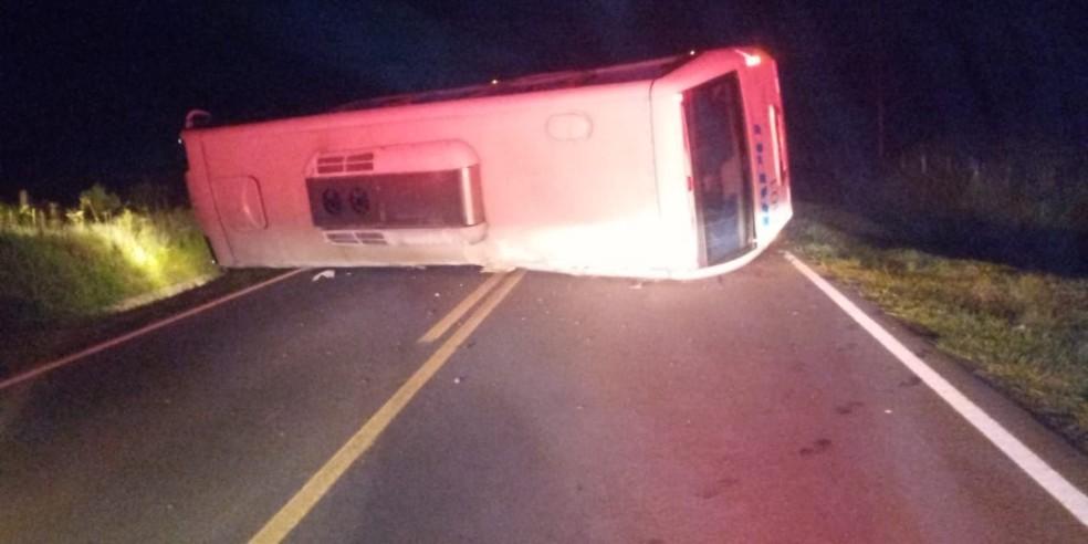 PR: Ônibus tomba e acaba bloqueando a rodovia PR-438 em Ponta Grossa