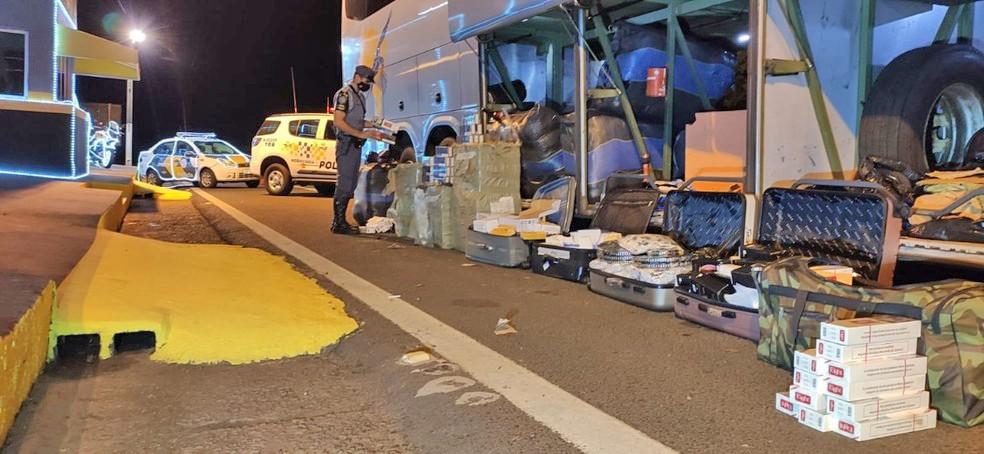 SP: Polícia Rodoviária apreende cigarros contrabandeados em ônibus na Rodovia Raposo Tavares