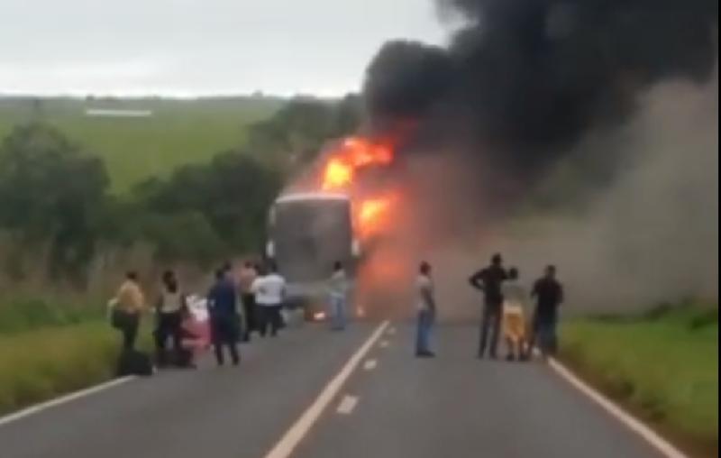 MT: Ônibus da TransBrasil acabou incendiado na BR-070, próximo à cidade de General Carneiro – Vídeo