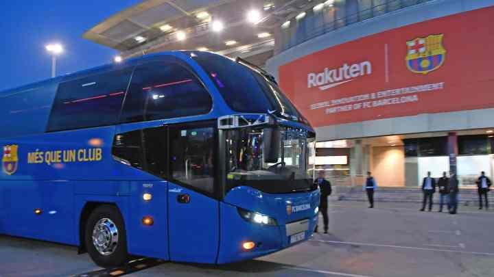 Em crise financeira, Barcelona viaja de ônibus para economizar