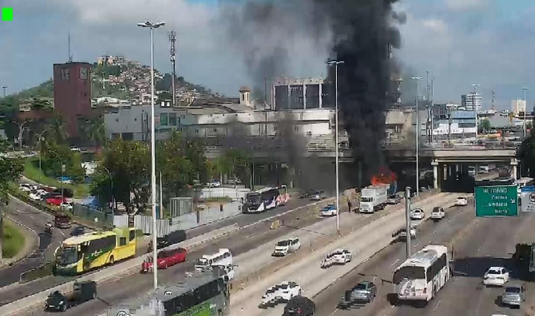 Vídeo: Ônibus da Expresso Pégaso pega fogo na Avenida Brasil em Manguinhos no Rio de Janeiro