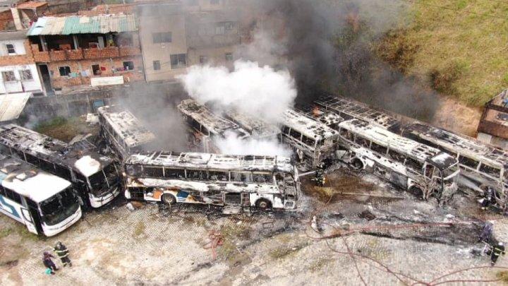 Salvador: Incêndio em garagem da Falcão Real deixa 12 ônibus destruídos