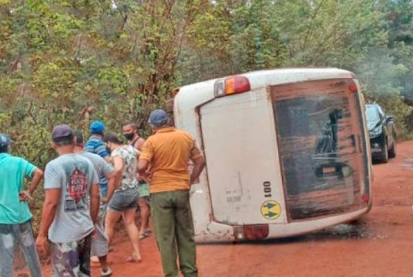 BA: Micro-ônibus tomba na região rural de Mata de São João