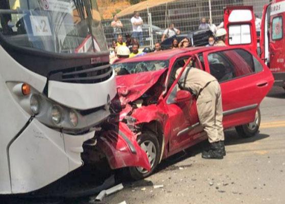 ES: Colisão entre carro e ônibus deixa três feridos em Colatina