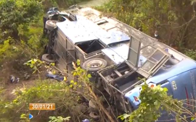 Vídeo: Acidente com ônibus deixa 10 mortos e 25 feridos em Cuba