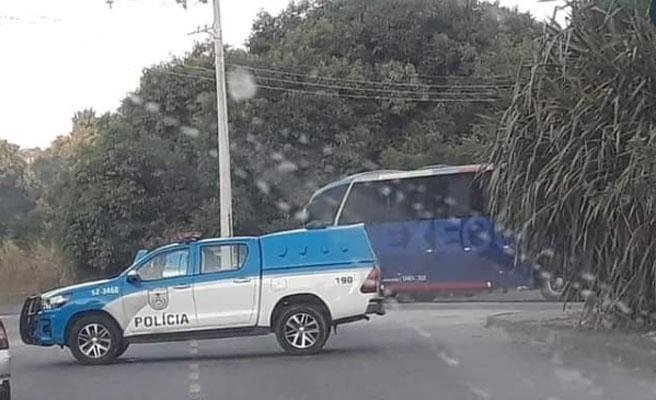 Rio: Bandidos sequestram ônibus da Expresso Recreio na zona oeste e fazem passageiros reféns