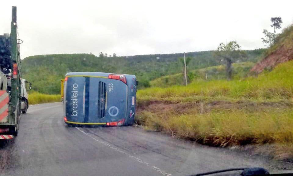 BA: Ônibus da Expresso Brasileiro tomba na BR-101 no Sul da Bahia