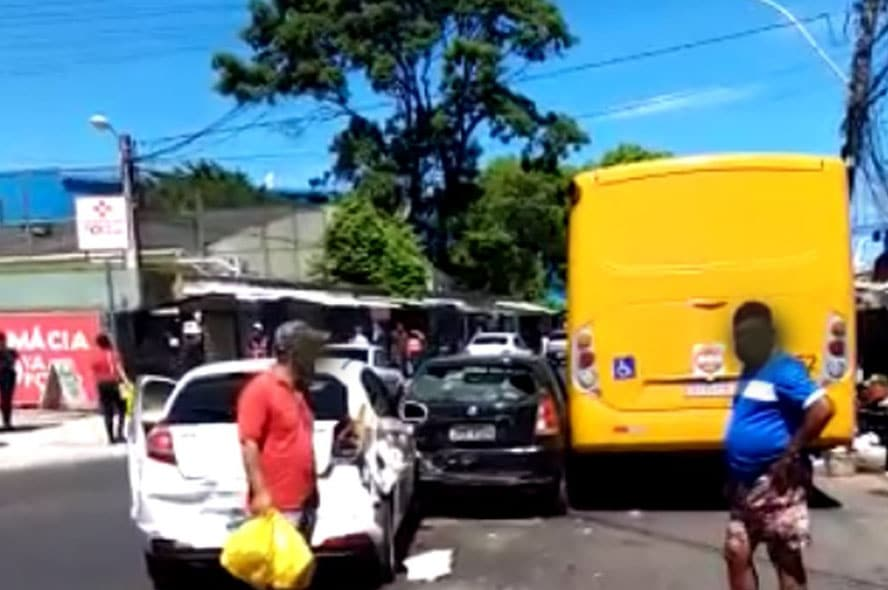 Acidente entre micro-ônibus e três carros deixa o trânsito lento em Salvador