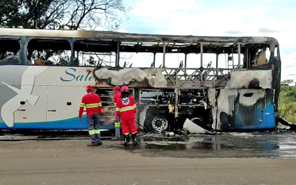 GO: Ônibus da Satélite Norte pega fogo na BR-060 em Anápolis nesta terça-feira – Vídeo